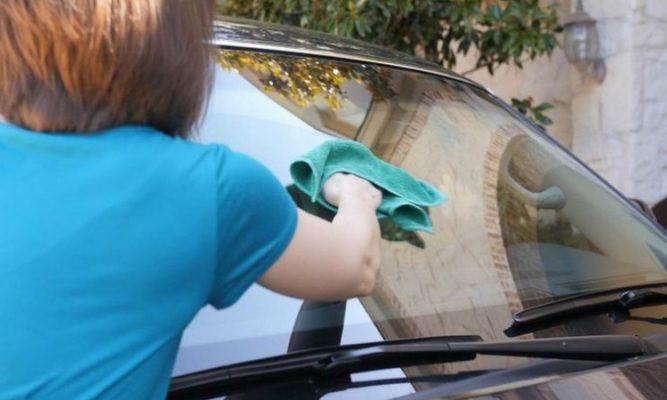 5 Cara Bersihkan Kaca Mobil Buram
